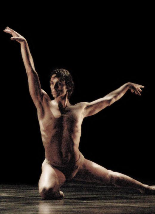 """Igor Yebra en """"El Cisne XXI"""", coreografía que creó él a partir de """"La muerte del cisne"""". Auditorio del Palacio Euskalduna de Bilbao, 12 de Junio de 2006. © Fede Merino."""
