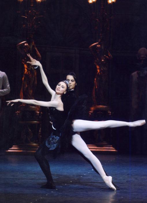 """Igor Yebra y Svetlana Zakharova, la primera bailarina clásica más importante de su época, en """"El lago de los cisnes"""". Roma."""