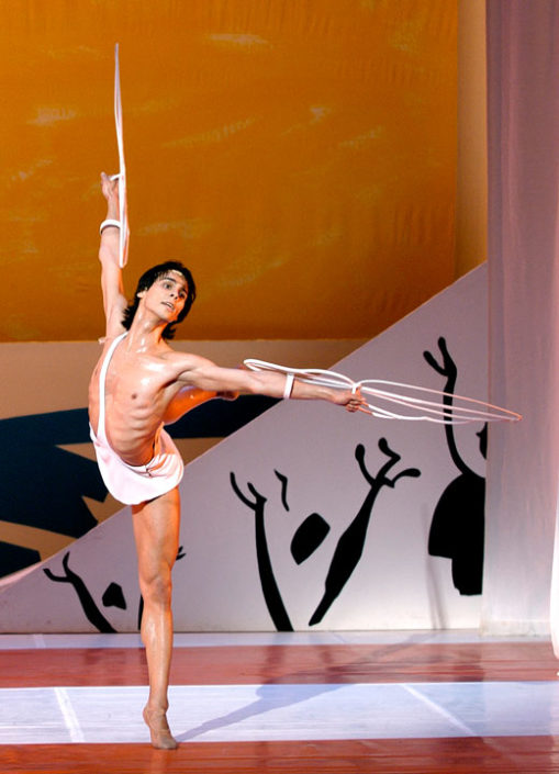 """Igor Yebra interpretando """"Ícaro"""", con coreografía de Serge Lifar, junto al Ballet de la Ópera de Burdeos. © Sigrid Colomyes."""